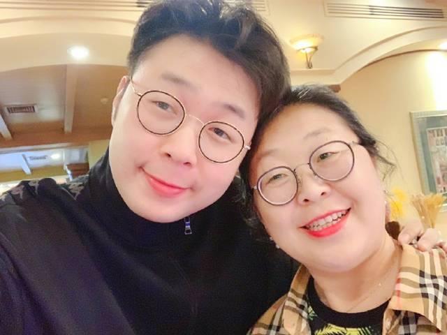 """杜海涛晒与妈妈合影""""母子相"""" 网友点赞""""妈妈的爱"""""""