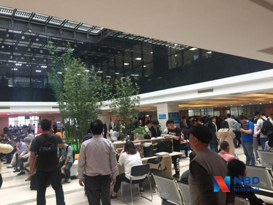苏州工业园区不动产登记中心大厅内人声鼎沸图片来源:每经记者包晶晶摄