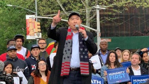 美媒:美国总统竞选华裔参选人杨安泽纽约造势 支持者聚集