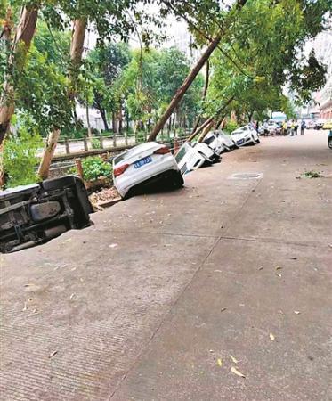 """一小区发生挡土墙塌陷 6辆小车""""掉坑"""" 无人员伤亡"""