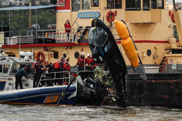 纽约市一架直升机在哈德逊河落水 事故致两人受伤