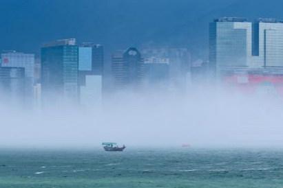 """香港维多利亚港现平流雾 宛如""""海市蜃楼"""""""
