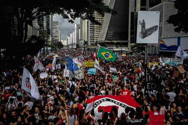 巴西总统削减教育经费 上万民众抗议示威场面壮观