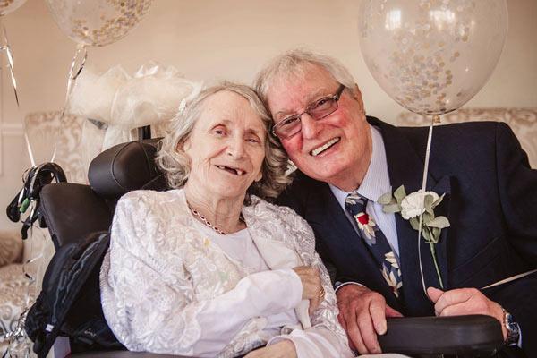 连续43年求婚被拒 英国老情侣在古稀之年走进婚礼殿堂