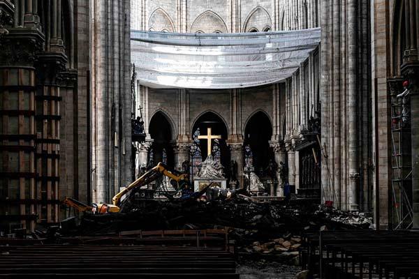 探访大火后的巴黎圣母院 标志性玫瑰花窗幸存