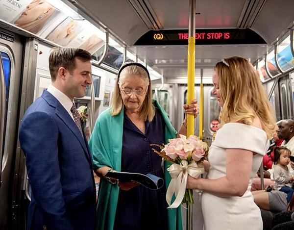 两退伍军人地铁举行婚礼 乘客欢喜参加送祝福