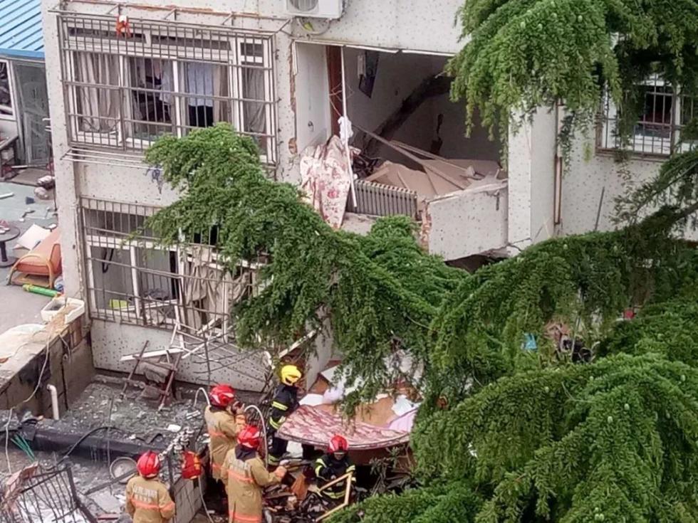 青岛一居民楼发生爆燃,1死7伤!二楼天花板被击穿,医生爬进去救人