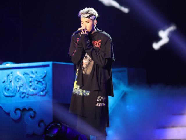 吴亦凡演唱会服装吸睛,与粉丝讲话时间增多,微博回复评论热议多