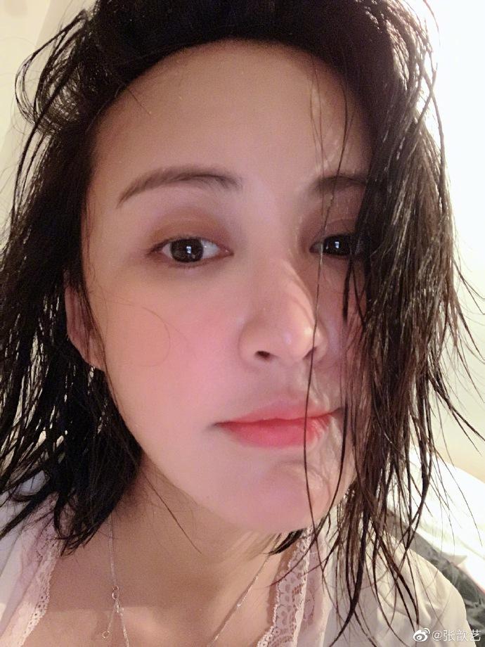 张歆艺晒湿发素颜美照:脱发前留个纪念