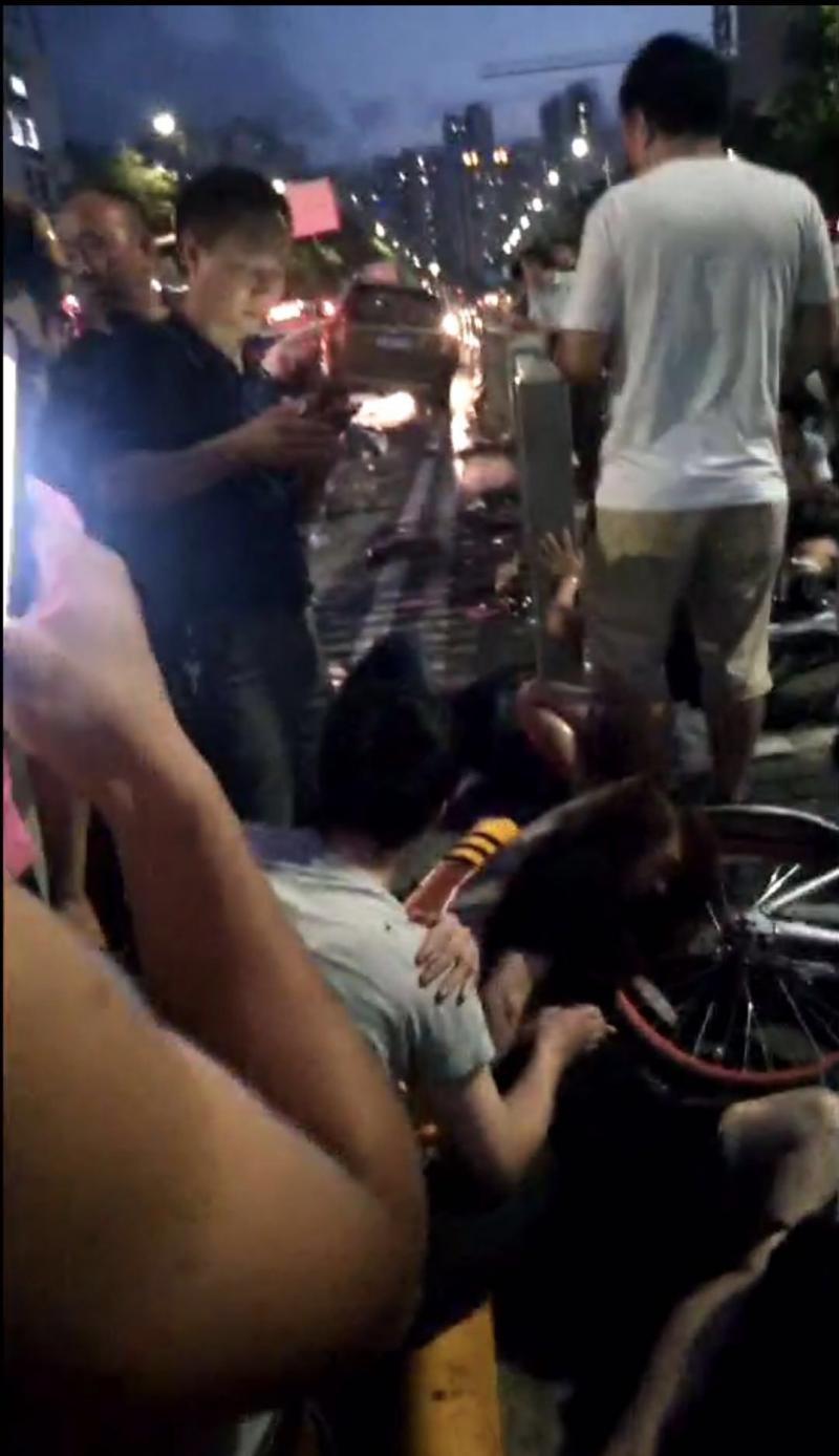 深圳南山一轿车撞倒多名行人 当地正在处理中