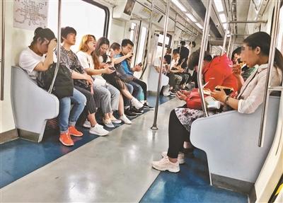 地铁禁食首日 仍有乘客大嚼关东煮
