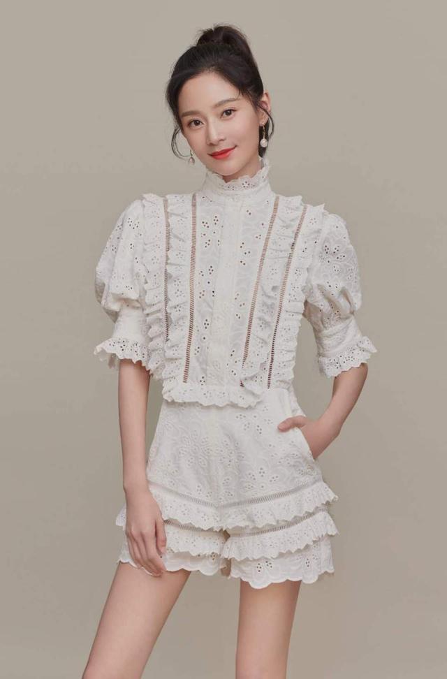 王媛可穿宫廷风连体裤,大长腿细到不敢看,网友:何洁的榜样