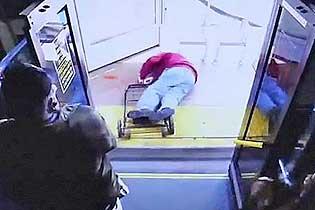 残忍!女子将七旬老人暴力推下公交车致其死亡