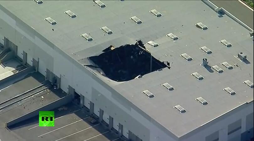 突发!美军一架F16战机在加州坠毁,冲进基地建筑物