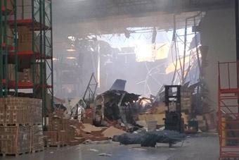 美軍F-16墜機現場曝光 建筑物屋頂被砸出大洞