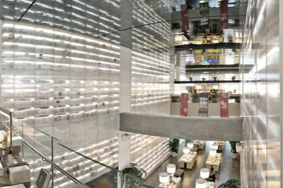 """西安书店超大透明书墙围成梦幻空间 读者如入""""黄金屋"""""""