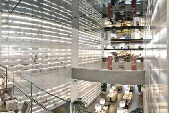 西安书店超大透明书墙围成梦幻空间