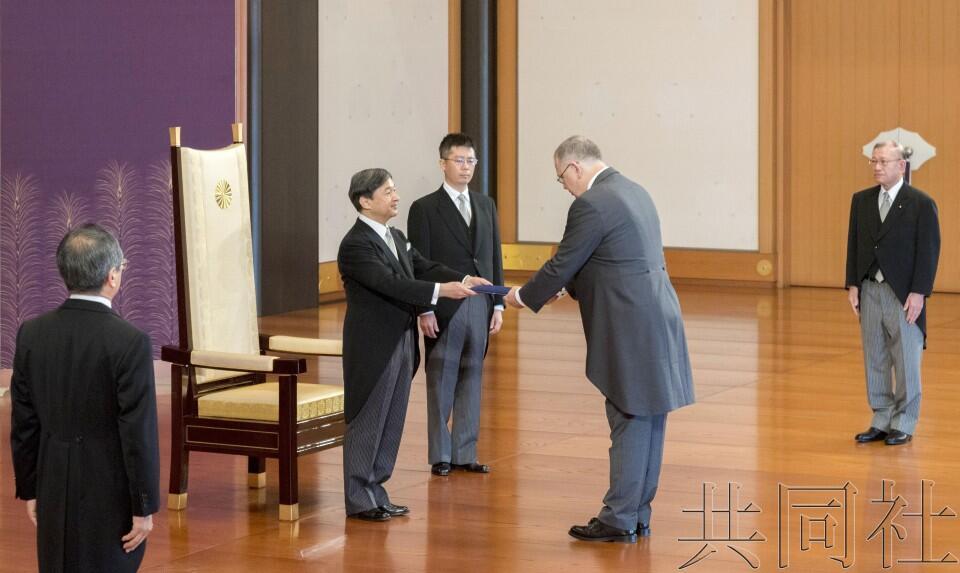 日本天皇即位后首次出席国书递交仪式