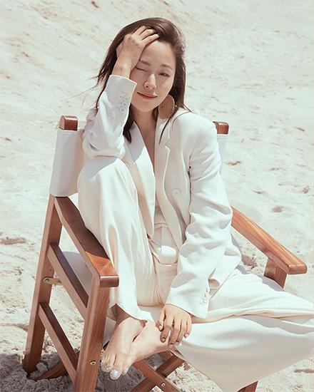 美而有力量 江一燕海边白西装写真尽显阳光气质