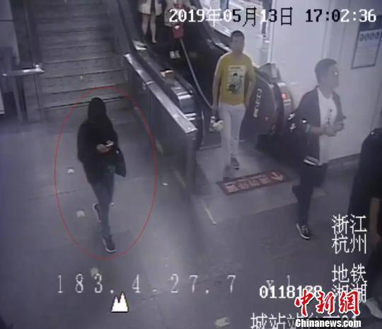 监控画面显示叶某某乘地铁画面。 警方供图