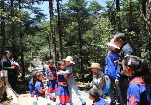 """凉山州将""""学普""""融入生活 把幼儿课堂搬到大自然"""