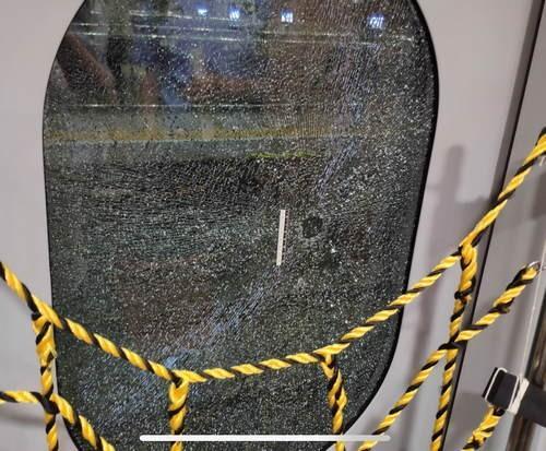 男子酒后砸碎动车玻璃,自称想下车透透气