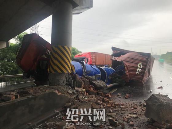 甬金高速事故车辆撞坏桥墩