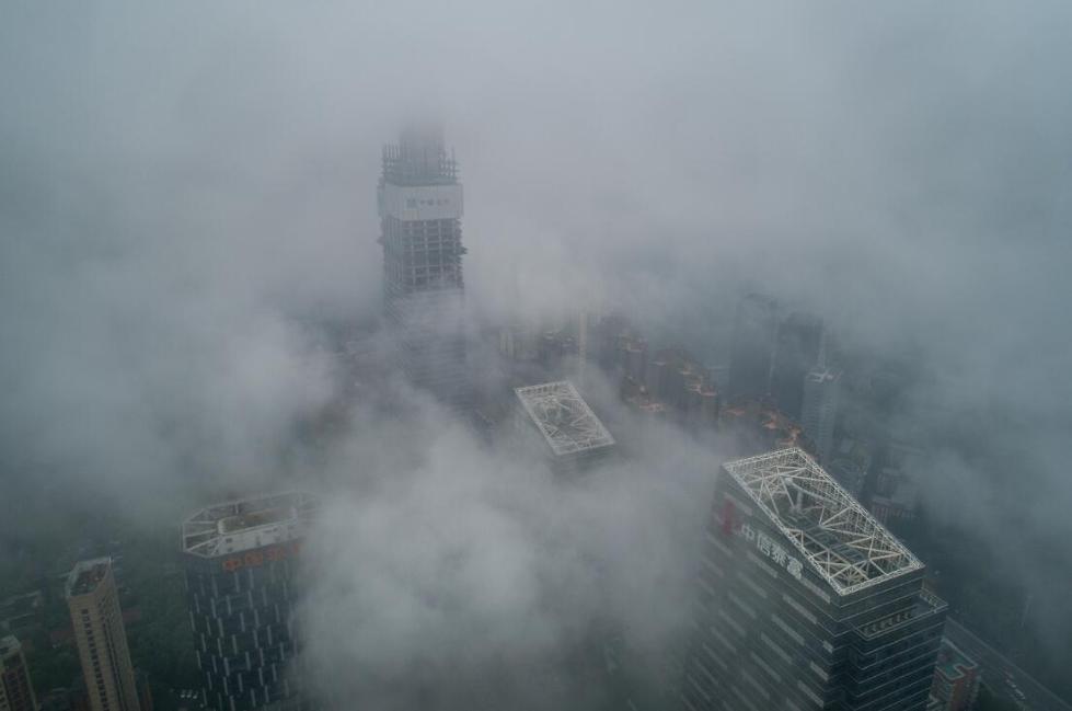 武汉出现雨雾天气 航拍云层穿楼而过犹如仙境