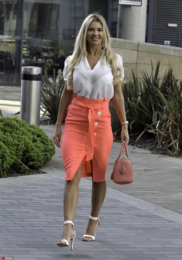 纽扣裙 为夏日裙装增添一丝酷劲