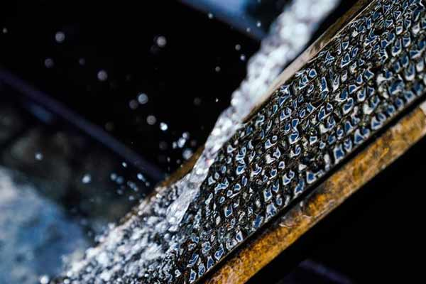 """西藏:给古老木刻板""""洗澡"""""""