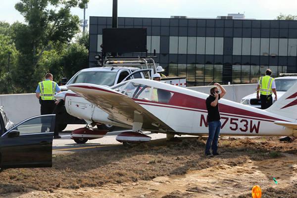 美佛州一飞机迫降公路与汽车相撞 飞行员称燃料耗尽