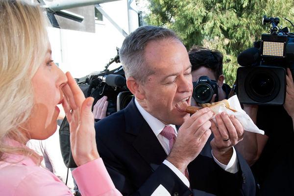 澳大利亚反对党党魁参加投票 与妻子开心吃香肠