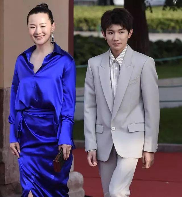 王源出席活动,脸上痘痘太多,但是依旧帅气!