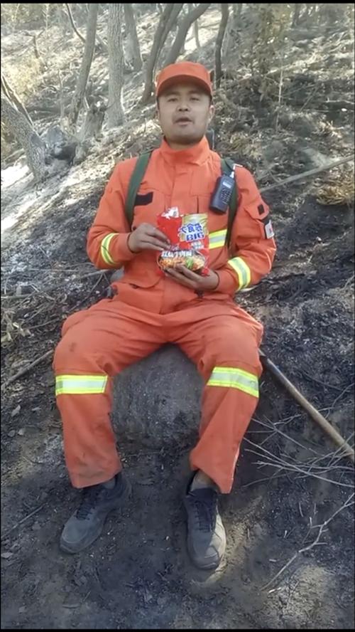 凉山森林消防员吃方便面感动网友 消防员:灭火后活跃气氛拍视频