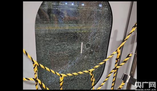被破坏的玻璃。(北京铁路警方供图)