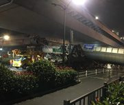 杭州一人行天桥垮塌