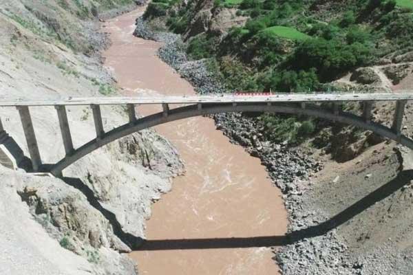 西藏藏东第一大拱桥顺利合龙