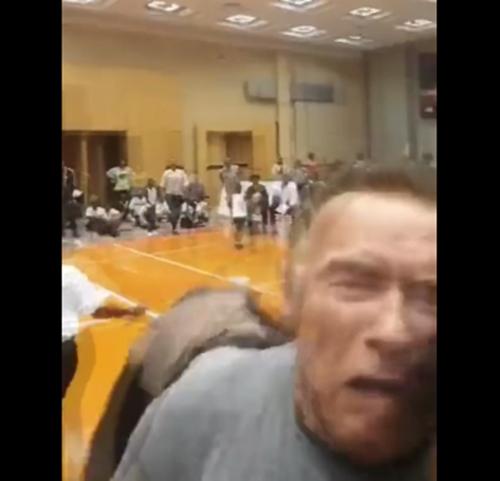 """71岁也是""""硬汉""""!施瓦辛格出席活动被人从背后"""