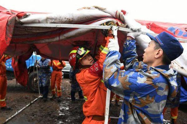 吉林松原逾百房屋受损 救援人员冒雨搭建帐篷