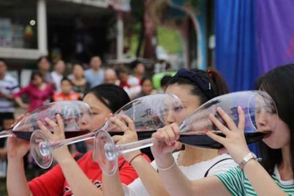 重庆一景区举行酒王争霸赛 男女同台豪饮红酒