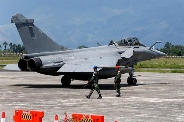 天气恶劣难回航母 法国7架阵风战机紧急降落印尼