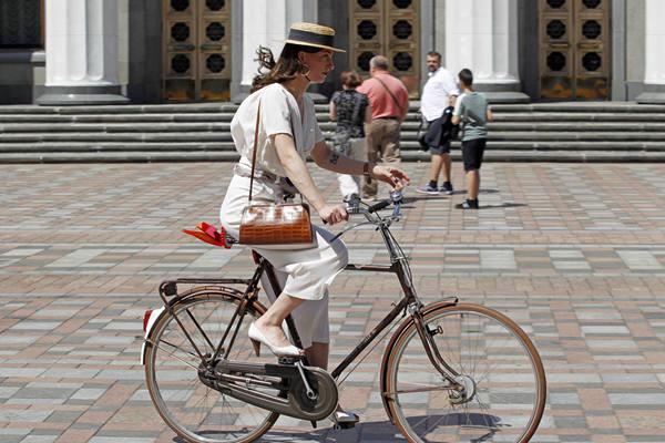 """乌克兰举行""""复古骑行""""活动 民众盛装参加"""