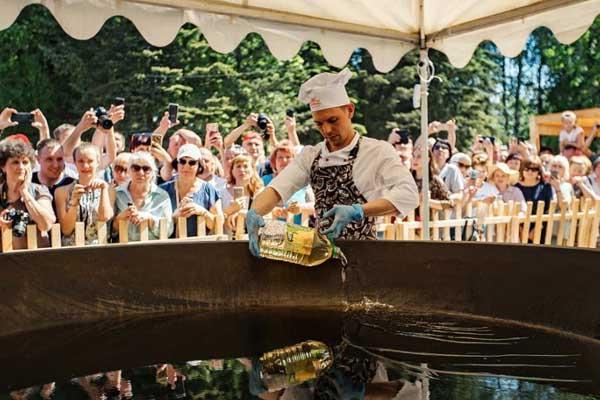 俄罗斯民众烹调超大份炒蛋 耗用7020颗鸡蛋
