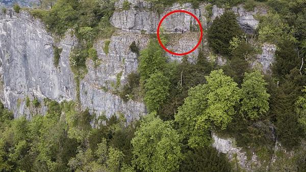 一家人仅扶着崖壁一根钢筋走过英国最吓人小径