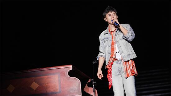 张杰长沙演唱会观众数破纪录 新歌首唱泪洒全场