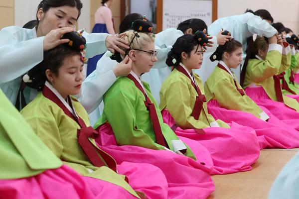 韩国少女穿韩服 参加传统成仁攀礼