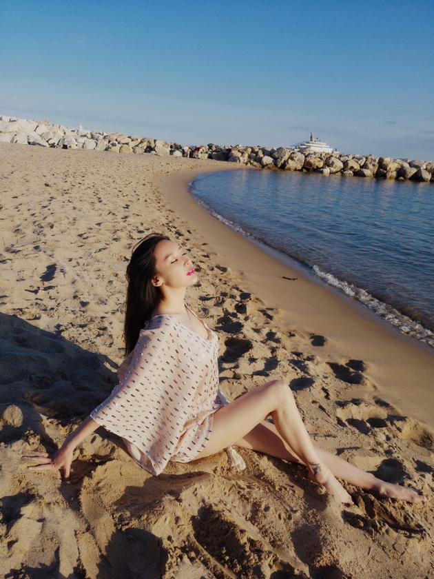 韩阿筎那戛纳沙滩写真 纤细长腿吸睛力Max