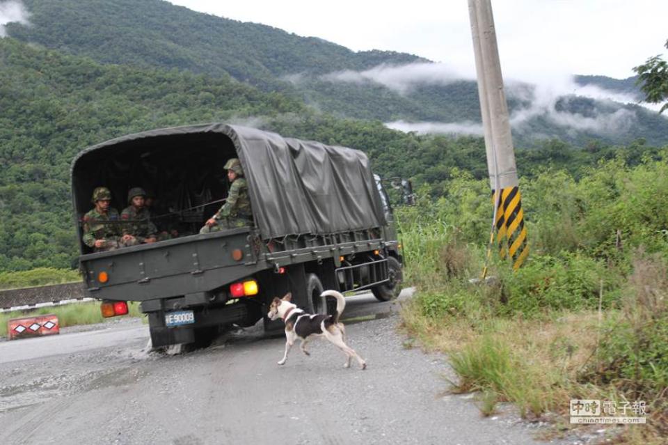 台湾军用卡车突然连撞8车 驾驶员:阳光刺眼 害我失控