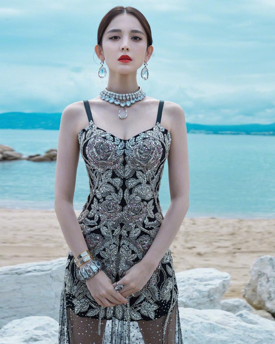 娜扎一天两套礼服戛纳亮相 黑刺绣玫瑰裙+白水晶天鹅裙