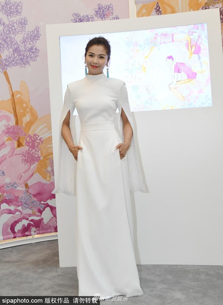 刘涛穿白色长裙现身活动 雍容华贵气质优雅